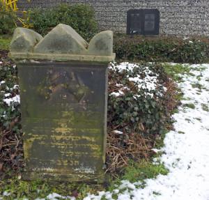 Isak Lennhoff, op de achtergrond het graf van zijn zoon.